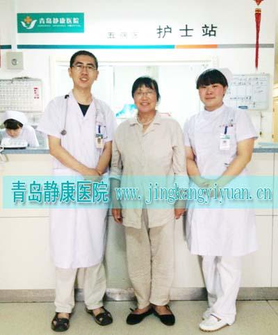 李彦华与王喜光(左)及护士合影